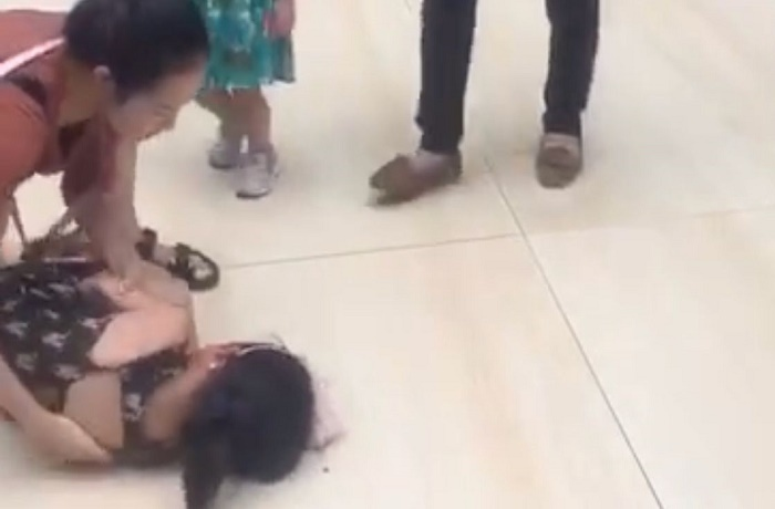 5-Year-Old Girl Severely Shocked By Metal Pole in Beijing Mall